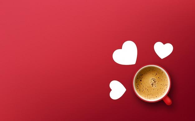 Concept de la saint-valentin heureuse. tasse de café sur fond rouge