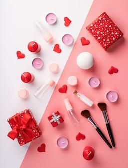 Concept de saint valentin et de la journée des femmes. accessoires cosmétiques de mode avec boîte-cadeau