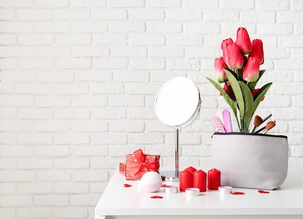 Concept de saint valentin et de la journée des femmes. accessoires cosmétiques et spa avec coffret cadeau