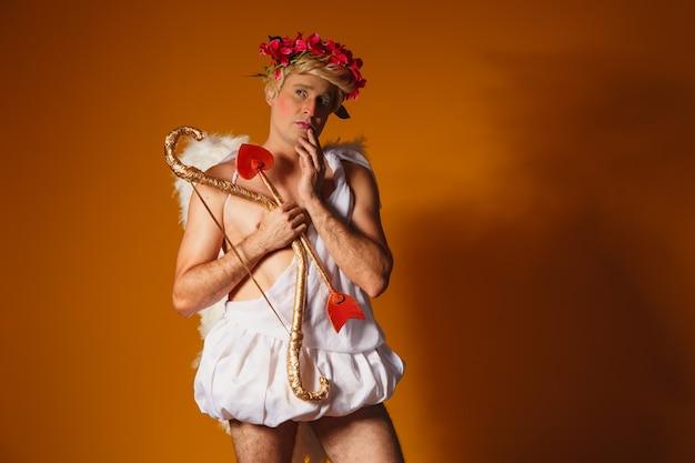 Concept de la saint-valentin. portrait du dieu de l'amour - cupidon avec arc et flèche.