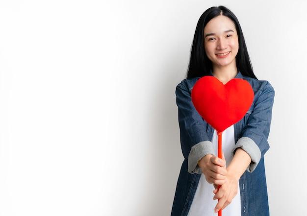 Concept de la saint-valentin. portrait femme tenant en forme de coeur pour donner petit ami