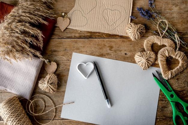 Concept de la saint-valentin zéro déchet et maquette. textile pour le paquet furoshiki