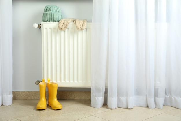 Concept de saison de chauffage avec radiateur et vêtements.