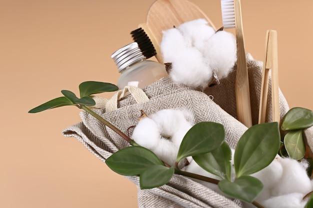 Concept de salle de bain pastel naturel cosmétique. accessoires pour la douche et les soins du corps avec des fleurs de coton. mise au point sélective très douce