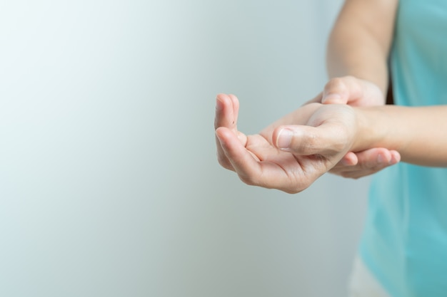 Concept de santé et de médecine syndrome de bureau poignet bras douleur femme