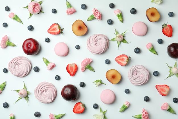 Concept de savoureux macarons et guimauves sur fond blanc