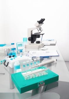 Concept scientifique avec station de travail microscopique