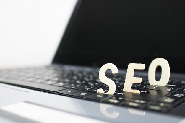 Concept de search engine optimization, bois de seo sur ordinateur portable