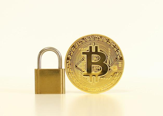 Concept de sécurité bitcoin. pièce d'or avec cadenas