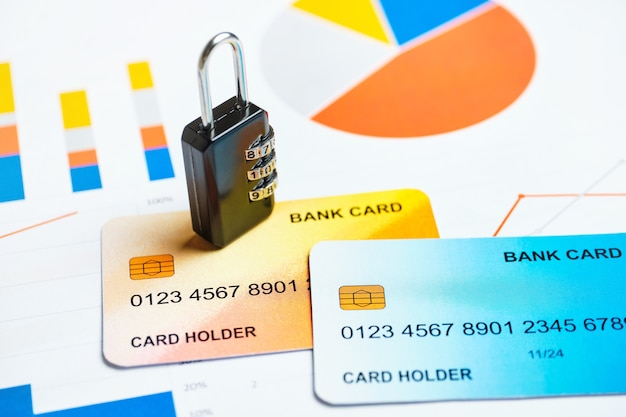 Concept de sécurité de carte de crédit et de banque avec serrure sur les graphiques.