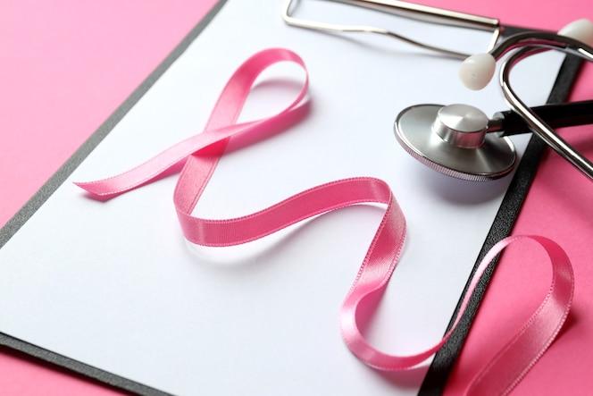 Concept de sensibilisation au cancer du sein sur fond rose
