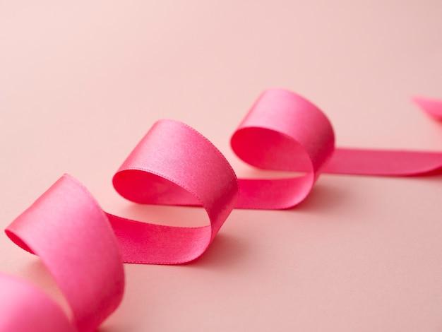 Concept de sensibilisation au ruban rose à angle élevé