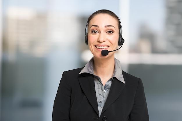 Concept de service client, femme d'affaires parler à un client à l'aide d'un casque