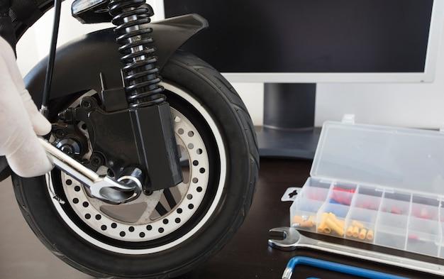 Concept de service d'entretien de scooter électrique service de réparation concept technologique forma panoramique