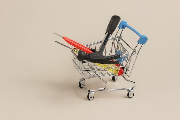 Concept de service shopping mini caddie avec couteau tournevis marteau
