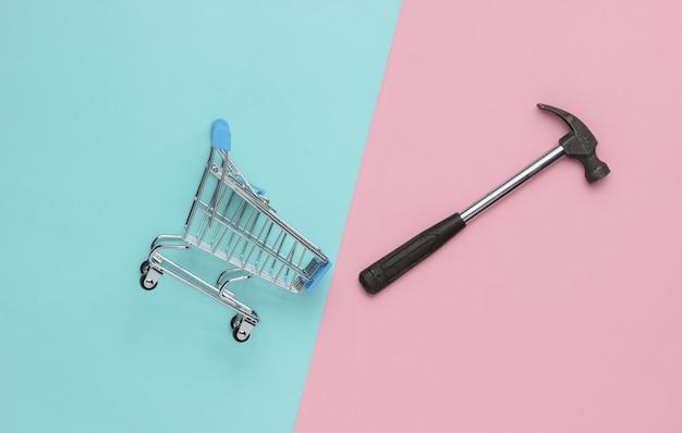 Concept de service shopping mini caddie avec un marteau