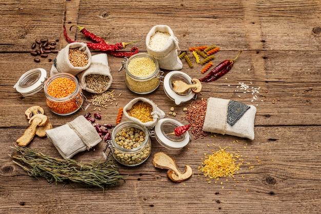 Concept de shopping alimentaire zéro déchet. céréales, pâtes, légumineuses, champignons séchés, épices.