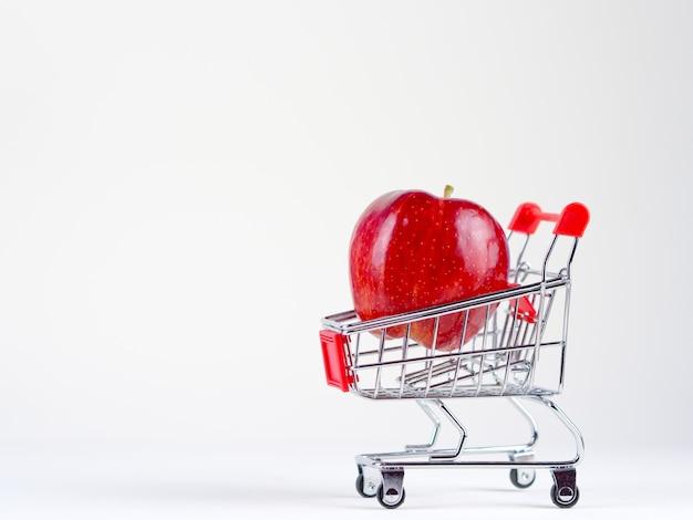 Concept shopping pomme fraîcheur sur fond blanc