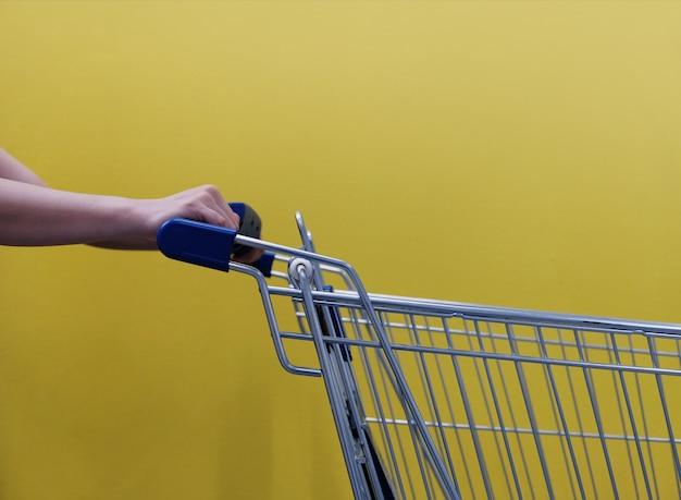 Concept shopping style de vie. partie du client avec panier vide