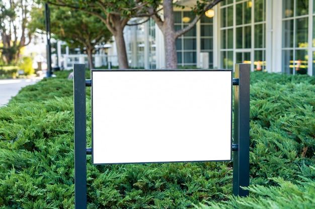 Concept de signe d'entreprise blanche dans un jardin