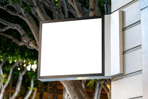 Concept de signe d'entreprise carré blanc sur un magasin