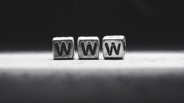 Concept de site internet. inscription 3d www sur des cubes métalliques sur fond noir gris isolé