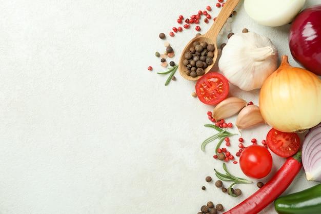 Concept de snack savoureux avec des biscuits au caramel sur une table en bois blanc