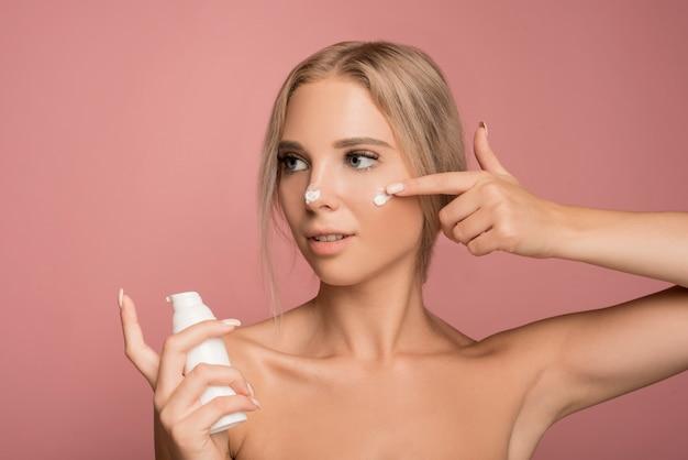 Concept de soins de la peau avec belle femme