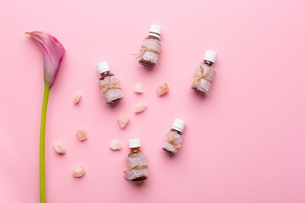 Concept de soins de la peau. bouteilles d'arômes et de fleurs