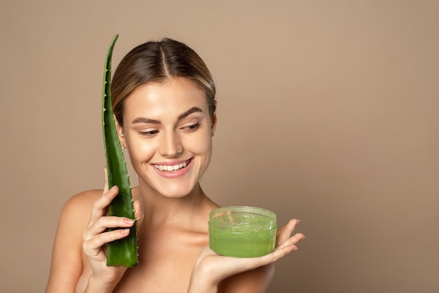 Le concept de soins de la peau hydratants avec des cosmétiques naturels