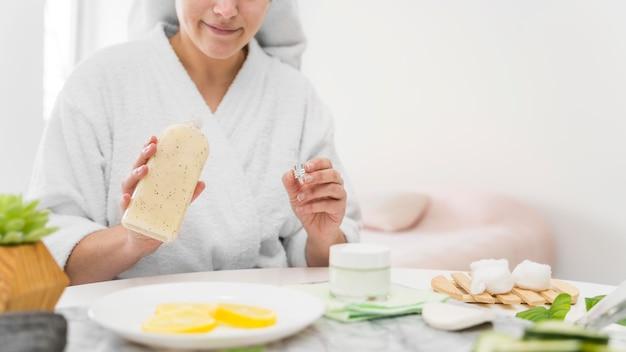 Concept de soins personnels avec femme à l'intérieur
