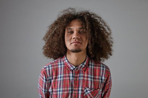 Concept de soins de personnes, de mode et de cheveux. hipster barbu élégant horizontal guy portant anneau de nez et chemise à carreaux rouge shampooing publicitaire, ayant une coiffure volumineuse shaggy