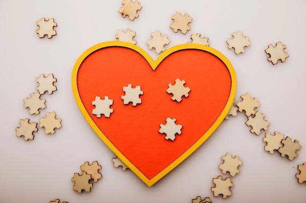 Concept de soins de santé coeur et puzzles en bois