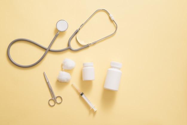 Concept de soins de santé. composition avec des pilules et des trucs médicaux sur fond jaune