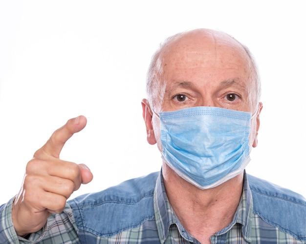 Concept de soins de santé. man in masque de protection qui pose en studio sur fond blanc