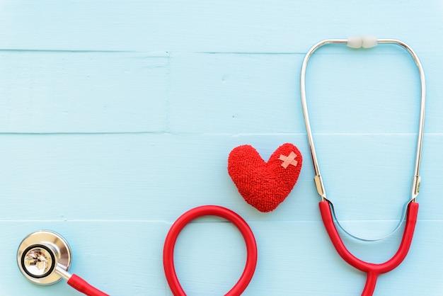 Concept de soins de santé et médical. stéthoscope sur fond en bois blanc et bleu