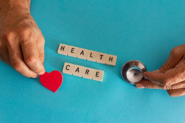 Concept de soins de santé avec tuiles stéthoscope et lettre. espace de copie. mise au point sélective.