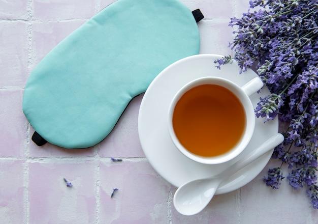 Concept de sommeil sain. bouquet de lavande, thé à la lavande et masque de sommeil