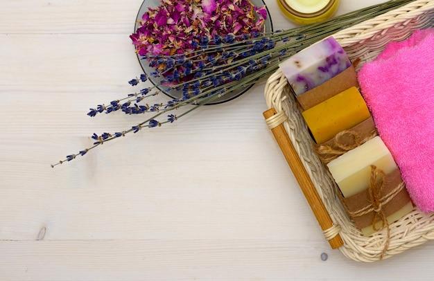 Concept de spa et bain avec savon naturel, lavande et serviette sur fond de bois
