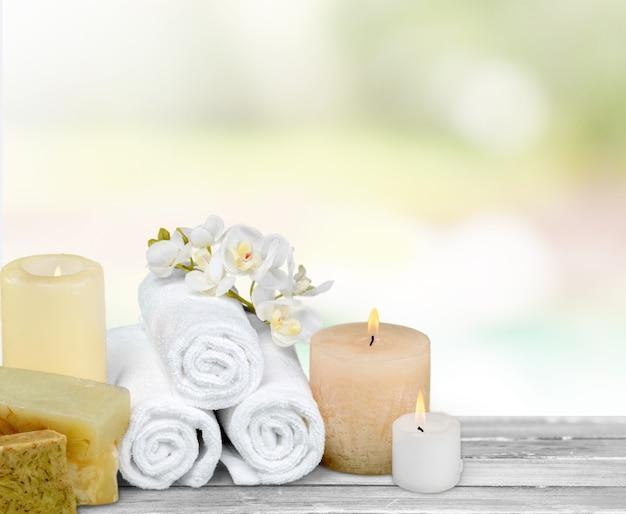 Concept de spa avec bougies et serviettes