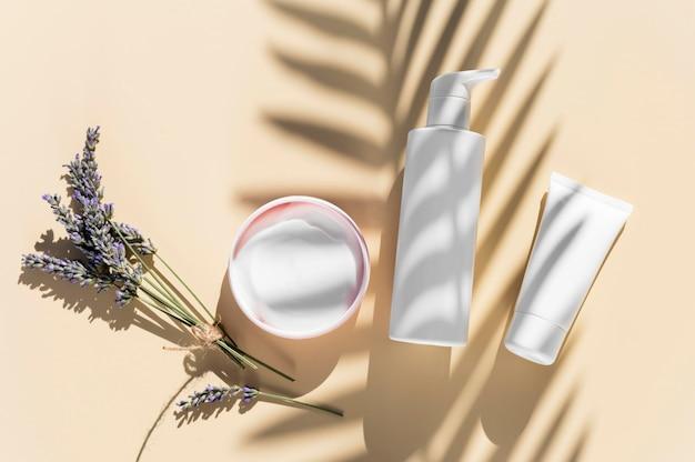 Concept de spa crème et ombres à la lavande