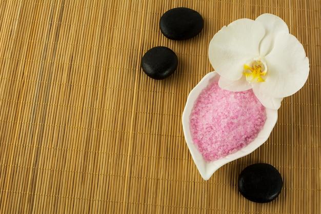 Concept spa avec du sel de mer rose et des pierres de spa