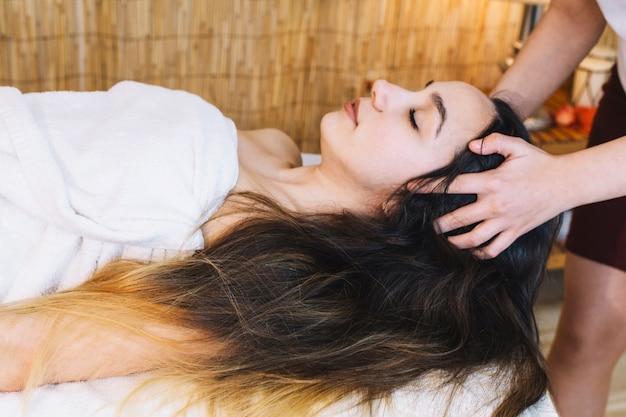 Concept De Spa Avec Une Femme Détendue Avec De Longs Cheveux Noirs Photo gratuit