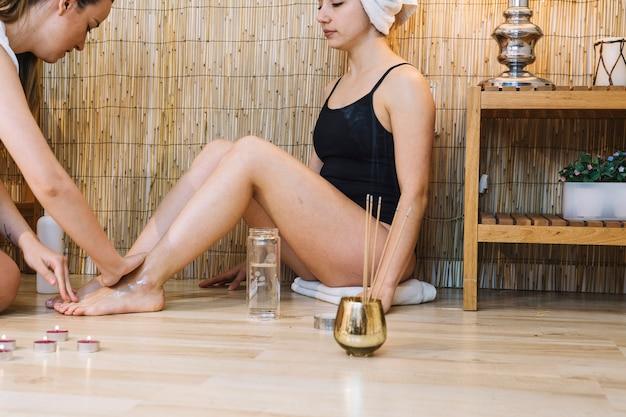 Concept de spa avec une femme se massage pour les pieds