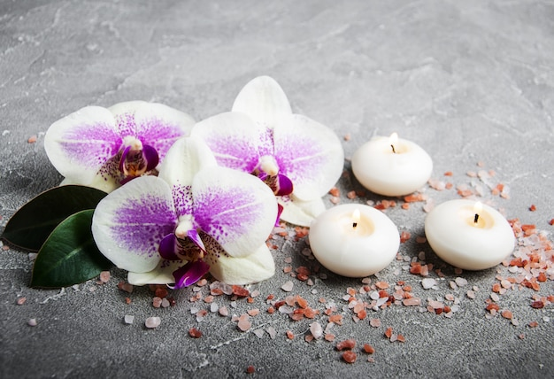 Concept de spa avec des fleurs d'orchidées