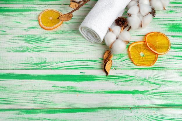 Concept de spa. fond plat avec une branche de coton, des tampons de coton. maquillage cosmétique en coton