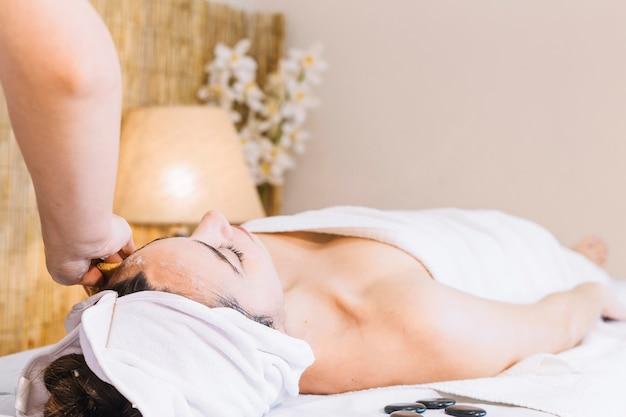 Concept de spa avec jeune femme allongée