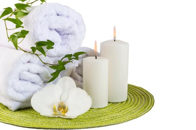 Concept de spa avec une orchidée blanche isolée sur blanc