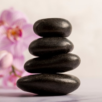 Concept de spa avec de petites pierres brillantes