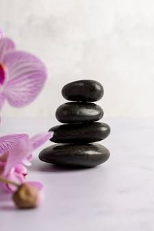 Concept de spa avec des pierres et des fleurs